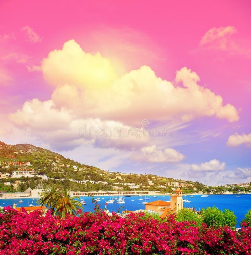 Mittelmeerlandschaftsfantastischer Sonnenunterganghimmel Französisches Riviera lizenzfreie stockfotos