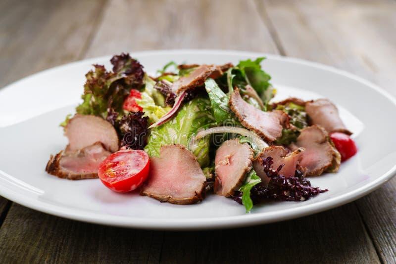 Mittelmeersalat mit Kalbfleisch- und Kirschtomaten stockfotografie