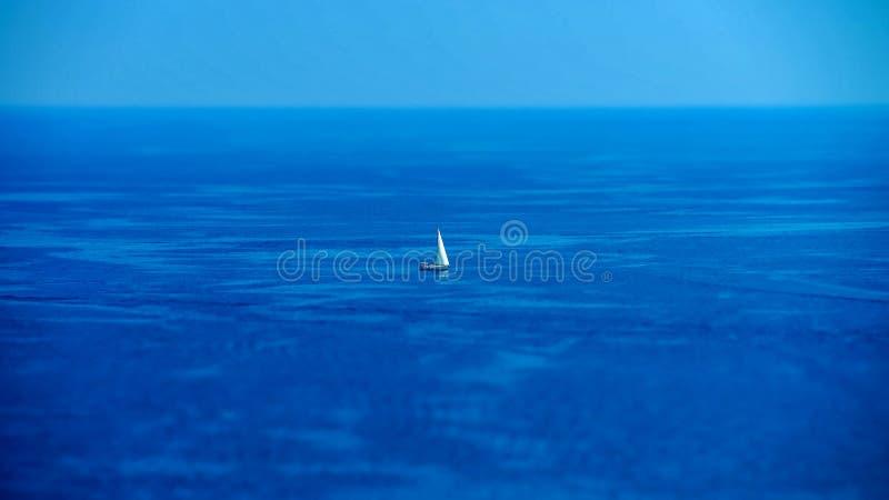 Mittelmeersommertagesansicht Cote d'Azur, Frankreich lizenzfreie stockfotografie
