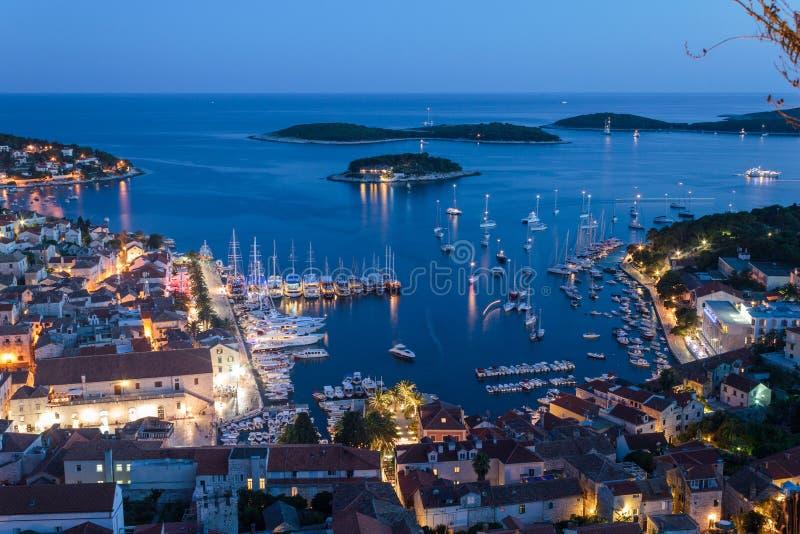 Mittelmeerstadt Hvar nachts lizenzfreies stockbild