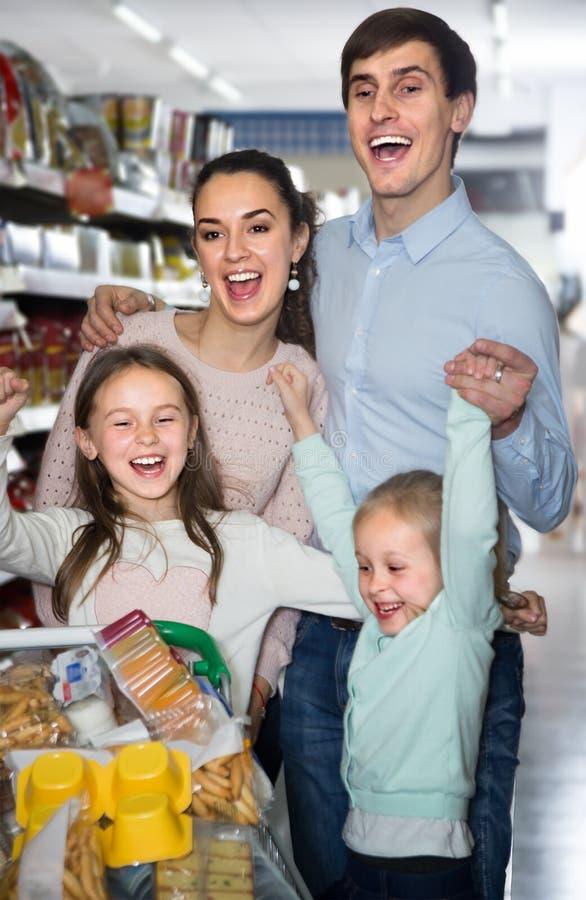 Mittelstandsfamilie von lächelnden Eltern und von zwei Kindern in Hyper lizenzfreie stockfotos