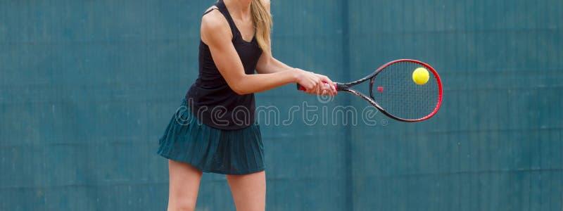 Mittelteil der Frau Tennis vor Gericht spielend lizenzfreie stockfotos