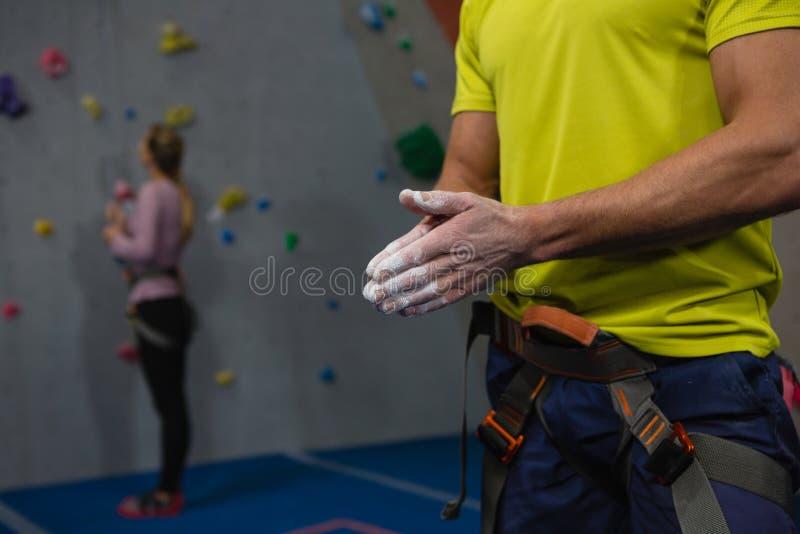 Mittelteil des männlichen Athleten Kreidepulver auf Hände im Verein zutreffend stockbilder