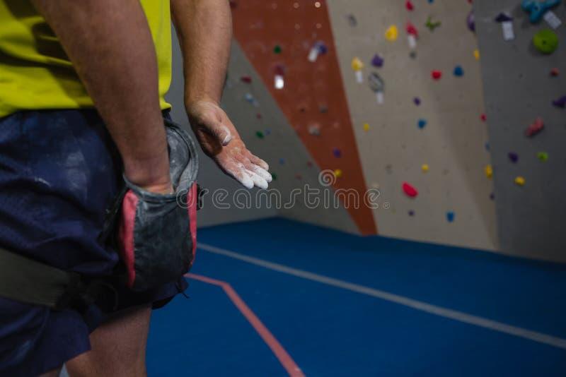 Mittelteil des männlichen Athleten Kreidepulver auf Hände im Verein zutreffend lizenzfreie stockfotografie