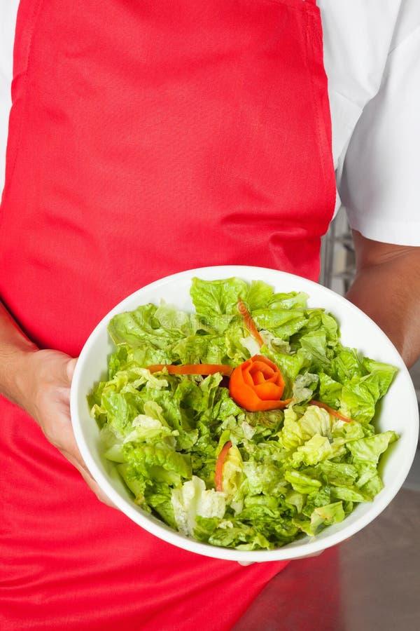 Chef, Der Salat Darstellt Stockfoto