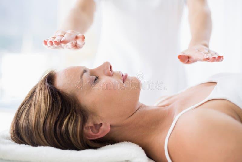 Mittelteil des Therapeuten reiki Behandlung auf Frau durchführend stockbilder