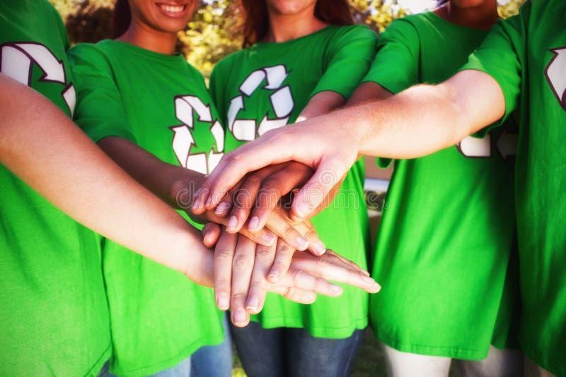 Mittelteil von den Freiwilligen, die Hände stapeln stockbild