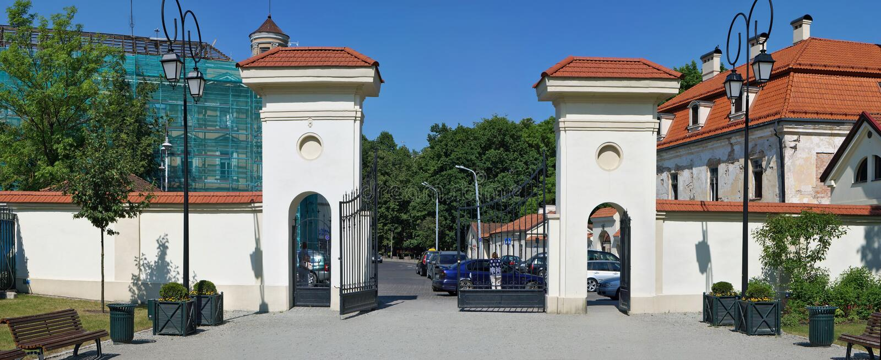Mitteltoren in einem städtischen Garten lizenzfreies stockbild