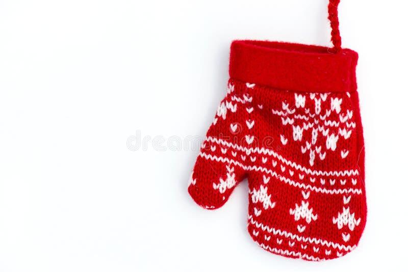 Mitten рождества связанный красным цветом с поводами снежинки стоковые изображения