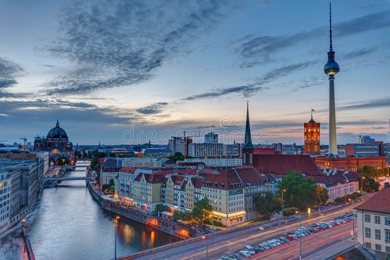 Mitten av Berlin med det berömda televisiontornet arkivbilder