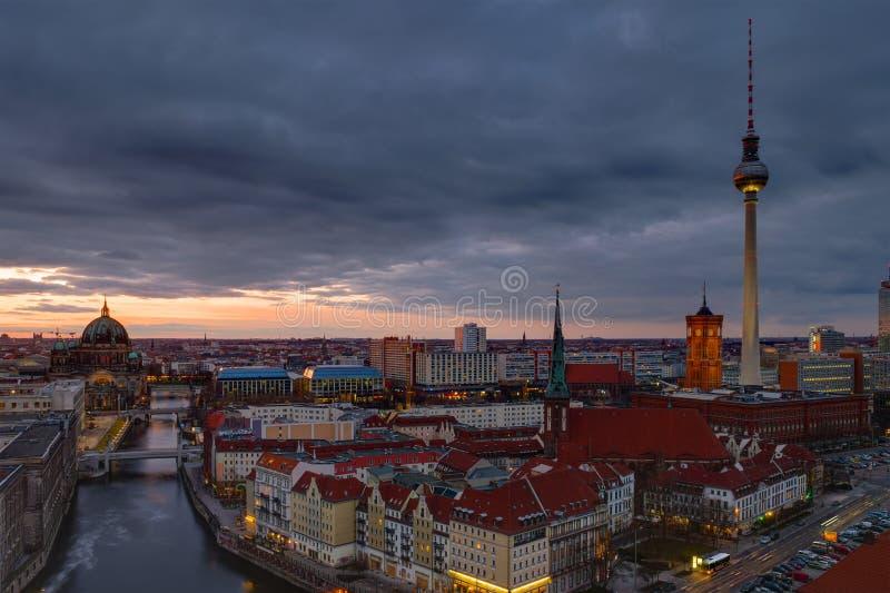 Mitten av Berlin på gryning arkivfoton