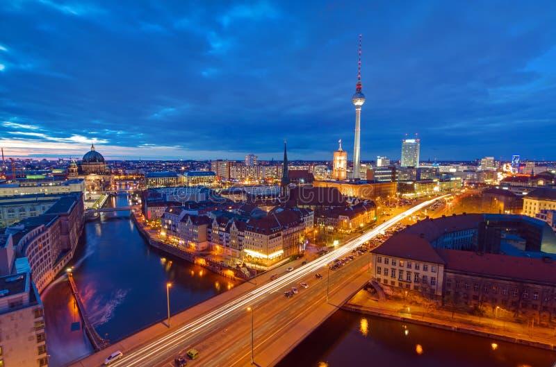 Mitten av Berlin på natten arkivfoton