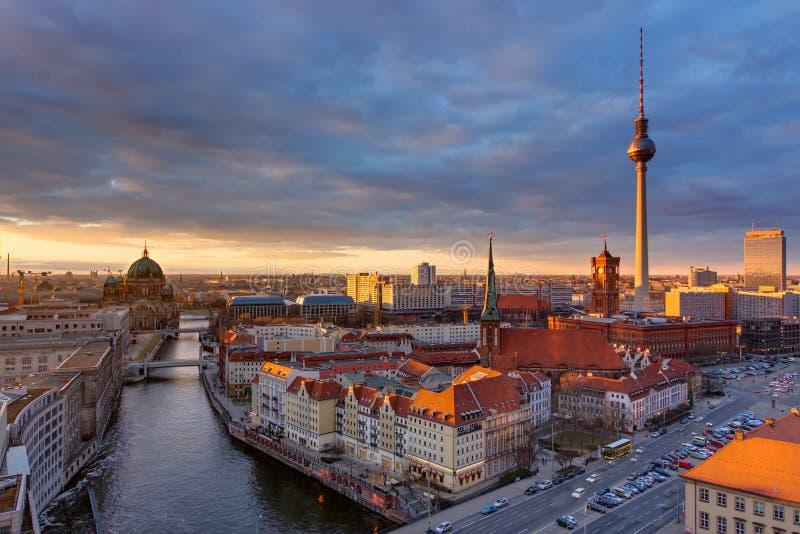 Mitten av Berlin på solnedgången royaltyfri fotografi