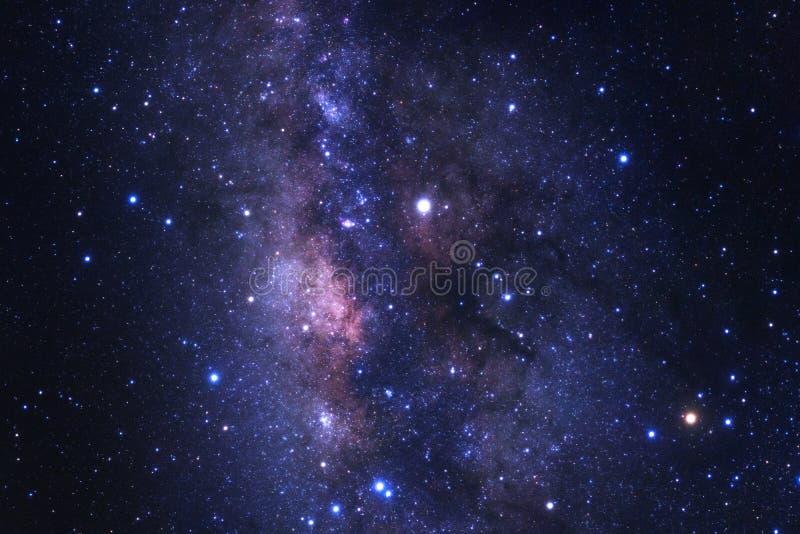 Mitten av galaxen för den mjölkaktiga vägen med stjärnor och utrymme dammar av i royaltyfri bild