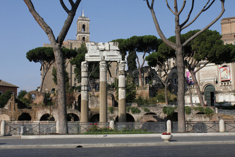 Mitten av Rome, fördärvar, gamla byggnader, Lazio, Italien royaltyfri foto