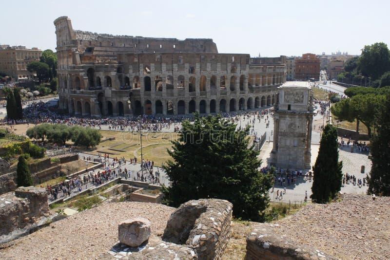 Mitten av Rome som är forntida, Colosseum, Coliseum, fördärvar, gammal byggnad, köen, Lazio, Italien arkivfoto