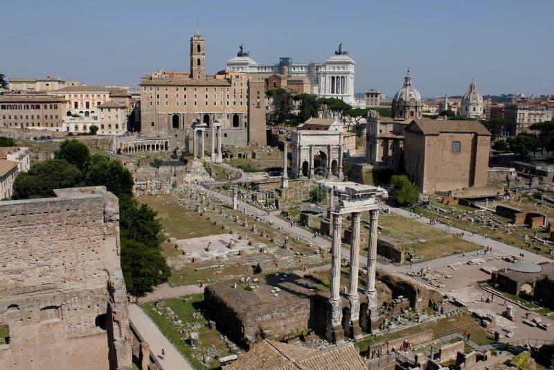 Mitten av Rome som är forntida, den Foro romanoen, Roman Forum, fördärvar, gamla byggnader, Lazio, Italien royaltyfria foton