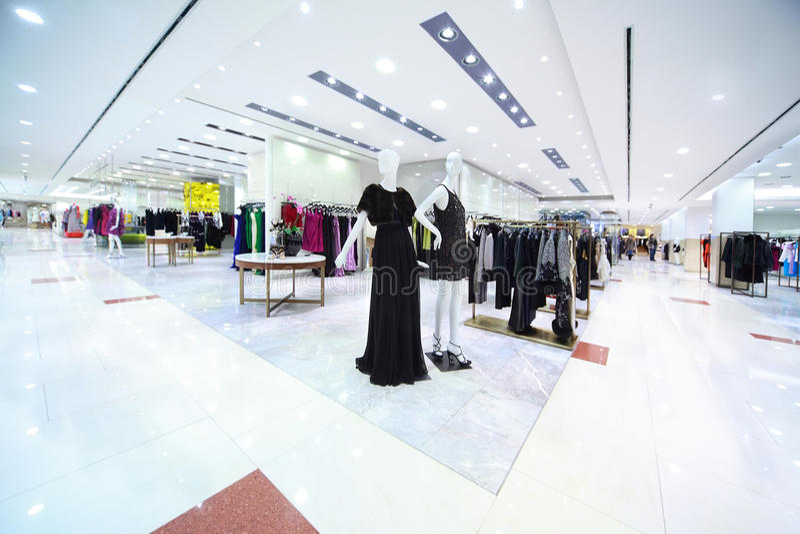 mitten beklär womanish shopping royaltyfri foto