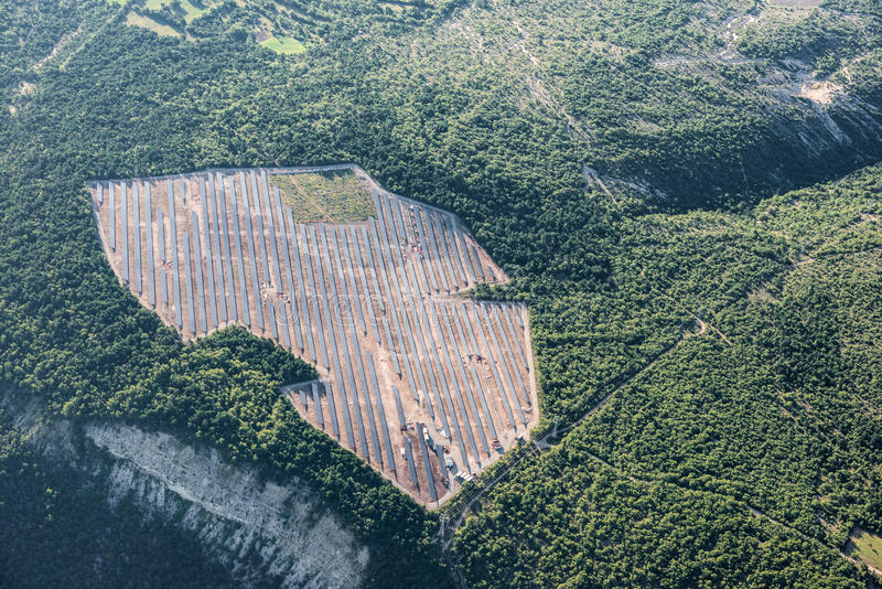 Mitten- in der Luftansicht von Sonnenkollektoren eines neuen Sonnenkraftwerks stockfotos