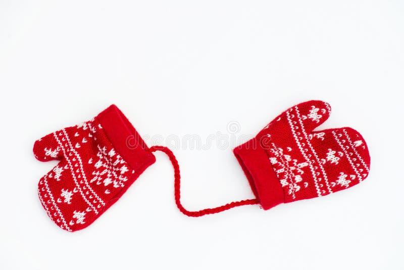 Mittens рождества связанные красным цветом с поводами снежинки стоковое изображение rf
