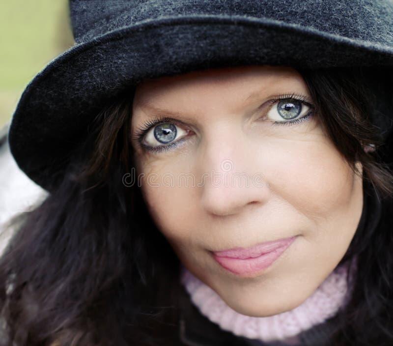 Mittler-Alter Frau mit Hut stockfoto