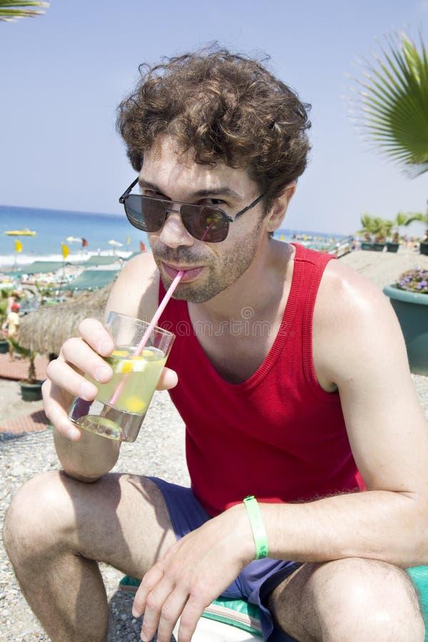 Mittler-Alter Mann in den Sonnenbrillen stockfoto