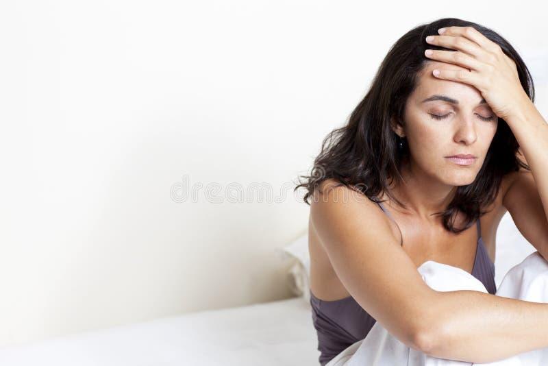Mittler-Erwachsener Frau mit Kopfschmerzen stockfotos