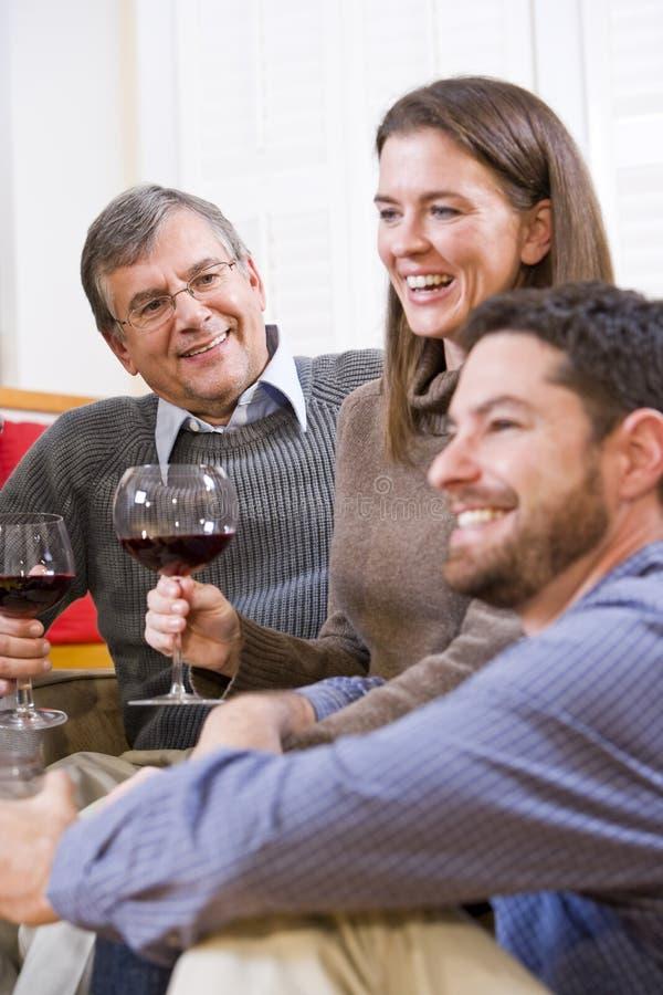 Mittler-Erwachsener Paare und trinkender Wein der älteren Muttergesellschafts lizenzfreie stockfotos