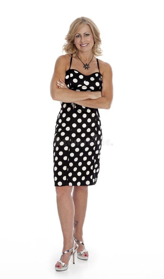 Mittler-Vierziger Frau, die auf Weiß steht lizenzfreie stockbilder