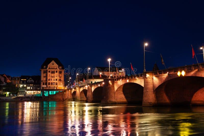 Mittlere Brucke πέρα από τον ποταμό του Ρήνου τη νύχτα, Βασιλεία στοκ εικόνες
