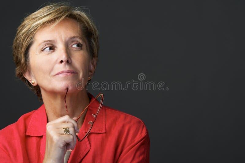 Mittlere erwachsene Frau stockfoto