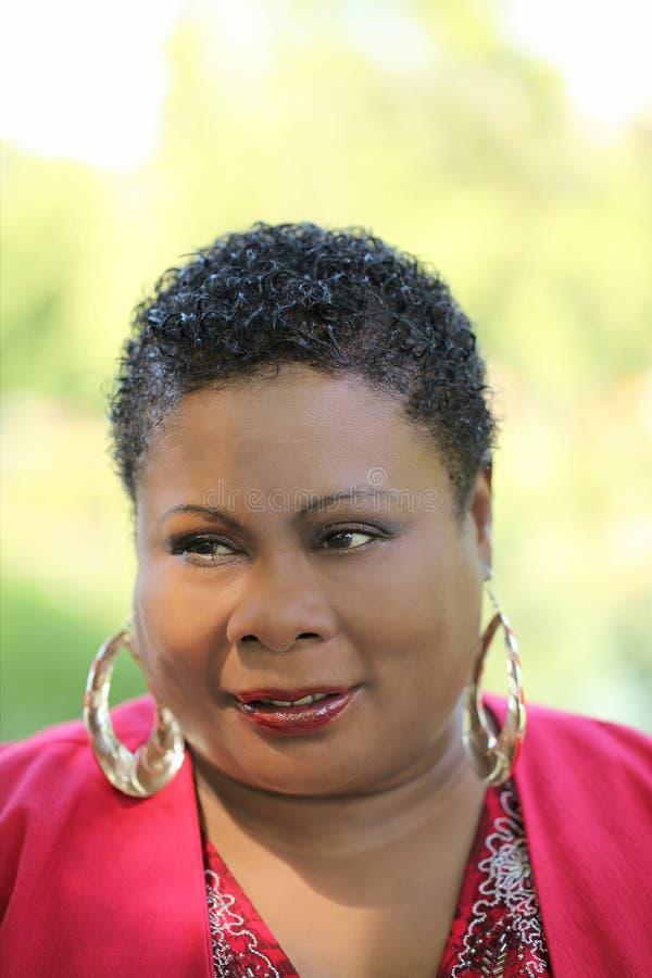 Mittlere gealterte Afroamerikaner-Frau lizenzfreie stockbilder
