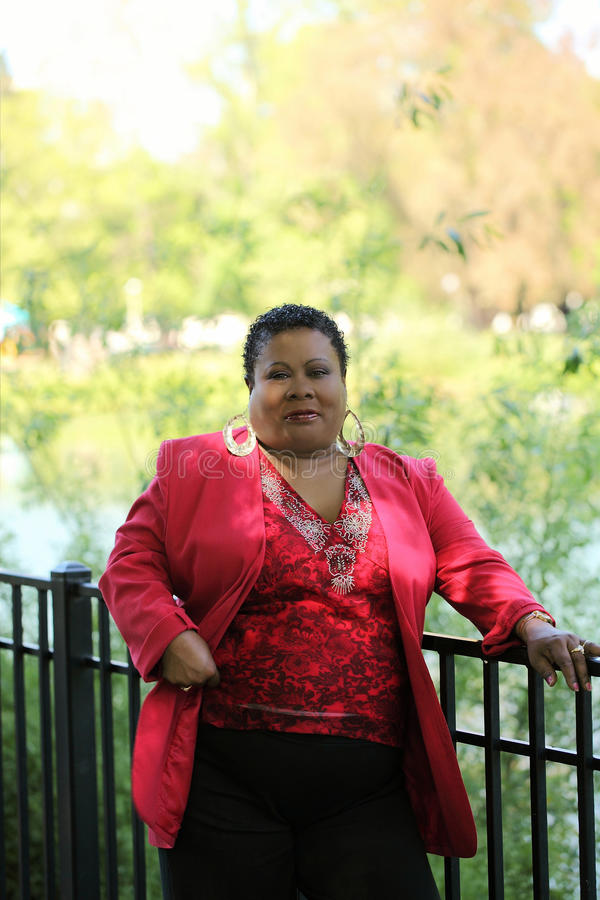 Mittlere gealterte Afroamerikaner-Frau stockfoto