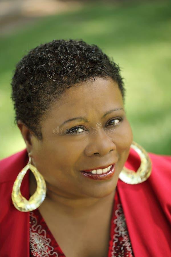 Mittlere gealterte Afroamerikaner-Frau stockfotografie