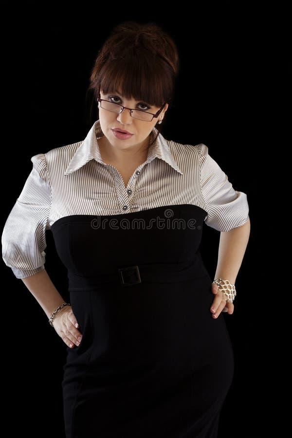 Mittlere gealterte Frau in den busiess statten das Schauen streng aus lizenzfreies stockfoto