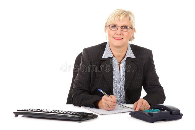 Mittlere gealterte Geschäftsfrau im Büro lizenzfreie stockfotos