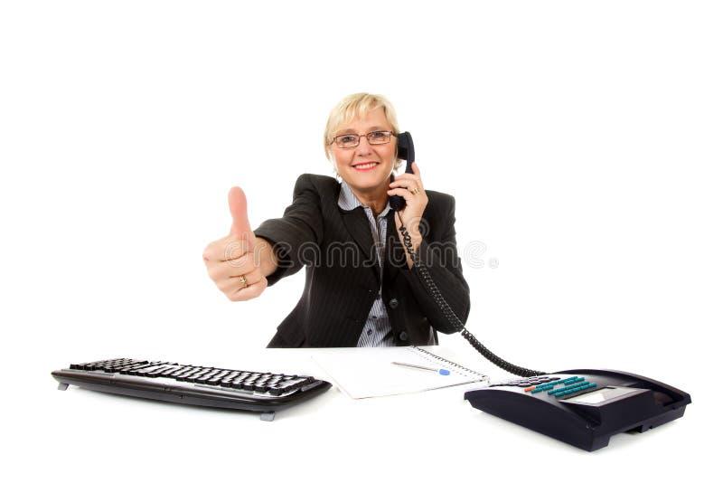 Mittlere gealterte Geschäftsfrau im Büro stockfotografie