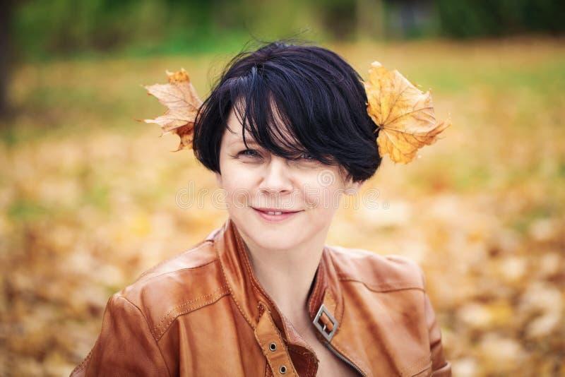Mittlere Greisin des Brunette draußen im Herbstpark stockfotos