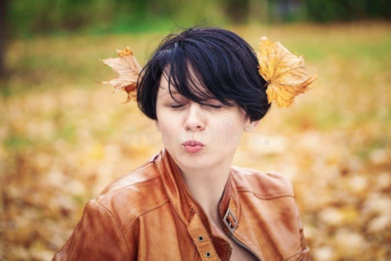 Mittlere Greisin des Brunette draußen im Herbstpark stockfoto