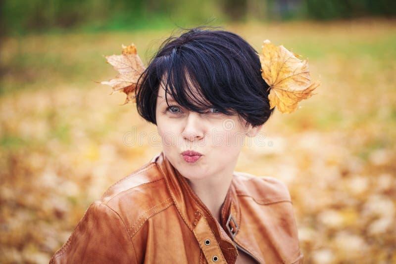 Mittlere Greisin des Brunette draußen im Herbstpark lizenzfreie stockfotografie