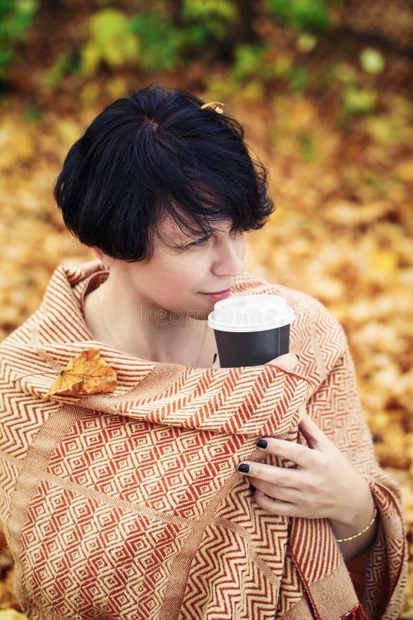 Mittlere Greisin des Brunette draußen im Herbstpark lizenzfreie stockbilder