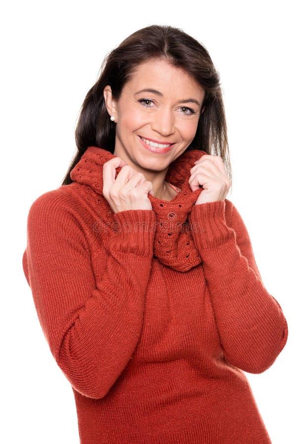 Mittlere Greisin mit Pullover stockbilder