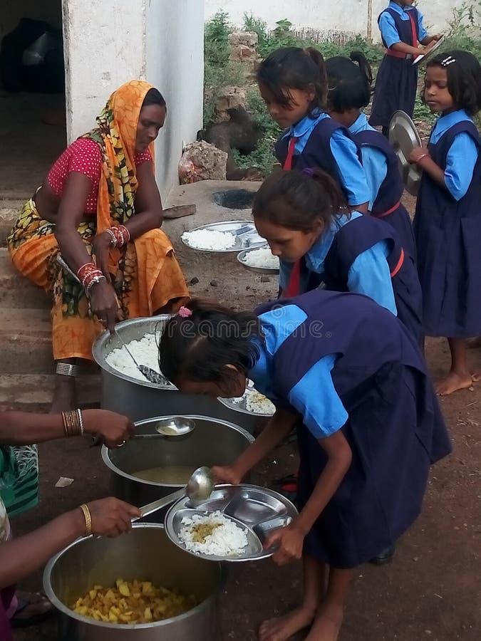 Mittlere Tagesmahlzeit in den Schulen der indischen Regierung lizenzfreies stockfoto