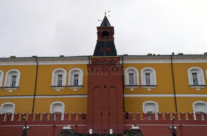 Mittlerer Arsenal-Turm und Wand des Moskaus der Kreml lizenzfreies stockfoto