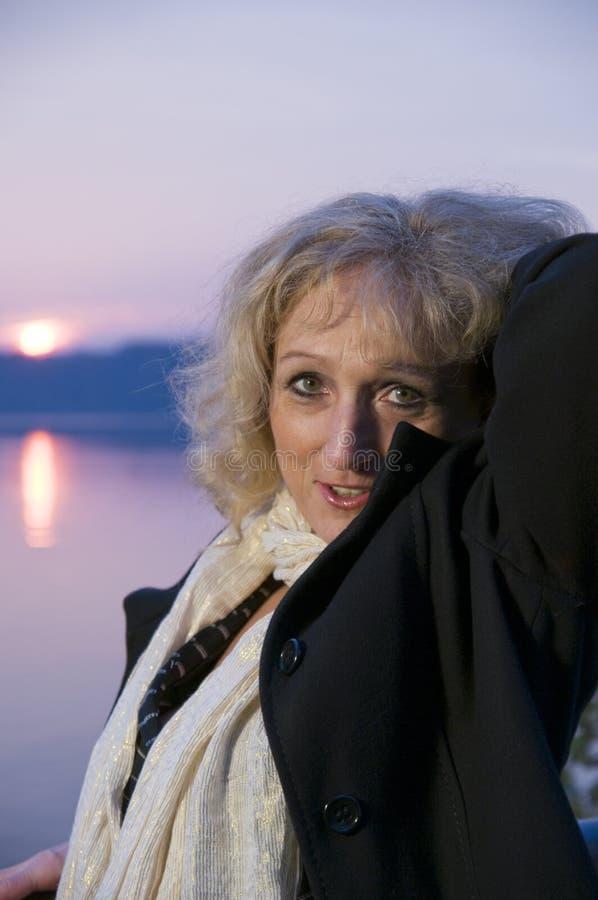 Mittlerer gealterter Frauensonnenuntergang stockfoto
