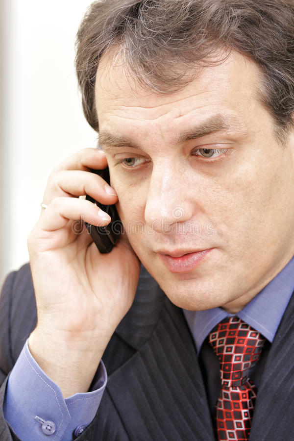 Mittlerer gealterter Geschäftsmann am Telefon stockfotos
