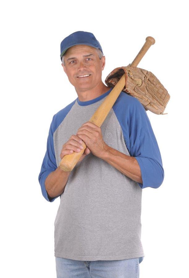 Mittlerer gealterter Mann betriebsbereit, Baseball zu spielen lizenzfreies stockfoto