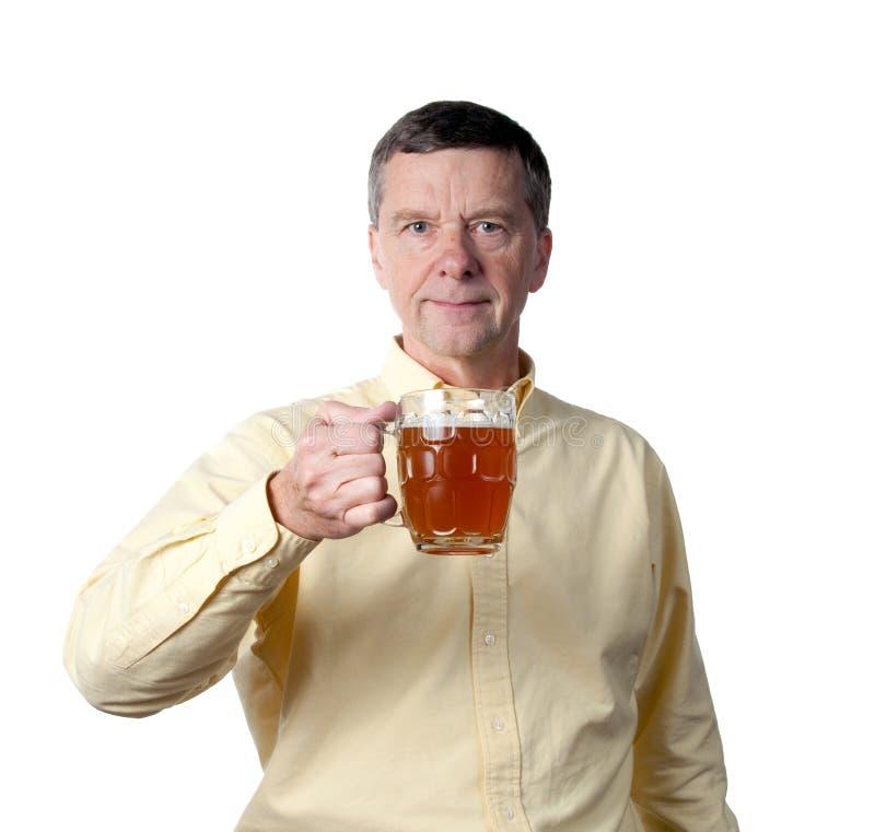 Mittlerer gealterter Mann mit Pint Bier stockfotos