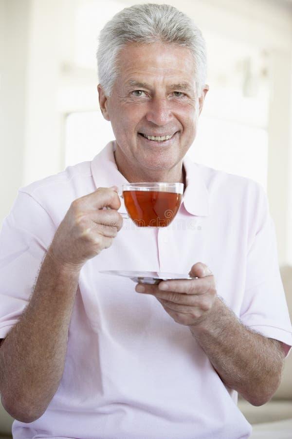 Mittlerer gealterter Mann-trinkender Tee lizenzfreie stockfotos