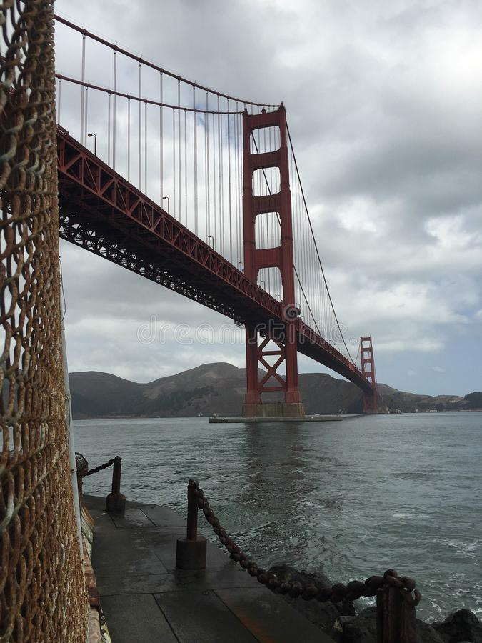 Mittlerer Taggolden gate bridges nebelige Skyline @ San Francisco California lizenzfreie stockbilder